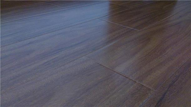 组装的几乎很完美.木地板的缝细也很小
