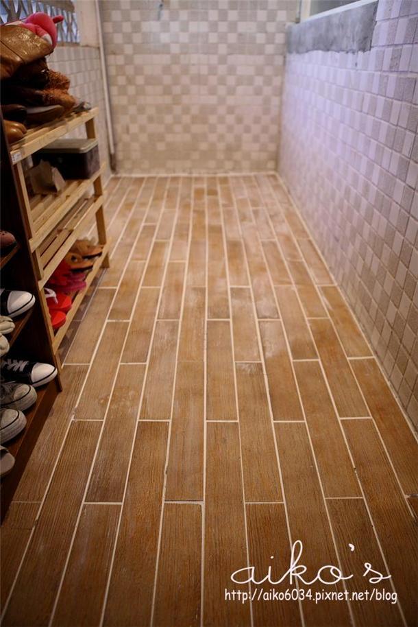 且这款木纹砖有纹路, 缝很容易卡在里面